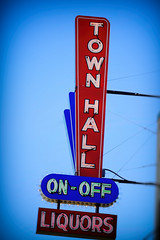 Town Hall Liquors (Pete Zarria) Tags: northdakota liquor wine beer color fargo neon sign steel skyon off