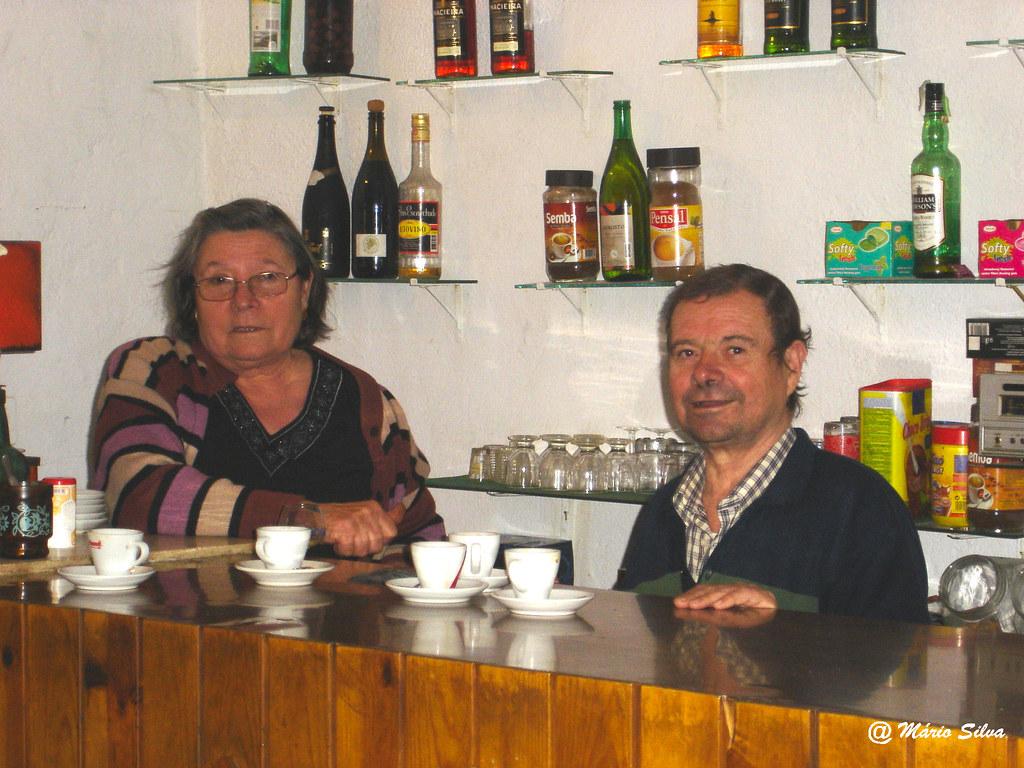 Águas Frias (Chaves) - ... Café Pires com o Henrique e a Noémia ao balcão -  nov 07