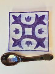 Cuchara de gres y azulejo de #gres y #porcelana (carmencorcho) Tags: cuchara azulejo tile hechoenespaña madeinspain hechoamano pintadoamano handmade handpainted ceramics porcelain cerámica gres porcelana