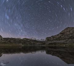 Circumpolar en el lago (Urugallu) Tags: nocturna estrellas circumpolar noche reflejos lago covadonga parquenatural picosdeeuropa asturias altitud frio urugallu joserodriguez canon 70d flickr nieve hielo