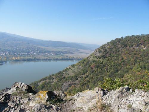 Egy sziklás kiugró a Duna fölött