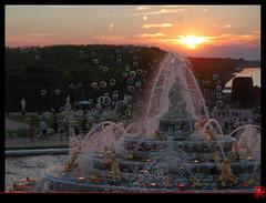 Quand Latone coince la bulle au soleil couchant ! (mamnic47 - Over 6 millions views.Thks!) Tags: eau perspective versailles img1585 soleilcouchant photodenuit latone jetsdeau versailleschateaudeversailles bassindelatone grandeseauxnocturnes effetsdelumires