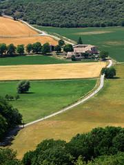 Au détour du chemin [Explore] (Rollerphilc) Tags: architecture canon champs explore provence paysage arbre chemin