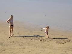 Juegos de infancia (Miguelángel) Tags: playa beach arena sand tide marea madre hija juego niña infancia tejo rayuela familia