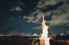 000034750035 (WayChen_C) Tags: canon a1 film fujifilm natura1600 japan tokyo minatoku odaiba night cityscape rainbowbridge statueofliberty 日本 東京 港区 お台場 御台場 台場 自由の女神