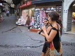 Blanca animando el Bazar (xmanoel) Tags: amigos turkey trkiye grand viajes gran bazaar stanbul istambul turquia bazar estambul eminn beyazt odisea