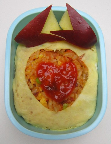 ข้าวผัดกิมจิห่อไข่ กับแอปเปิ้ล