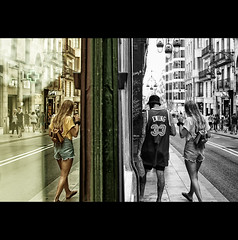 Double vision (EddyB) Tags: barcelona street people cutout calle reflex nikon europa europe gente bcn catalonia reflected reflejo catalunya catalua barcelone eddyb humanfactor nikkor35mmf18 d300s factorhumano