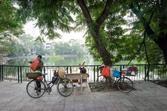(kuuan) Tags: street bicycle vietnam mf hanoi manualfocus streetseller a7 voigtlnder 25mm skopar sonya7 f425mm voigtlndersnapshotskoparf425mm ilce7