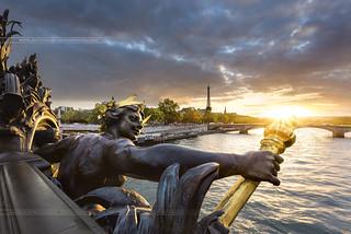 Sunset sur la Nymphe du Pont Alexandre III // Paris