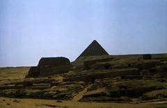 Ägypten 1983 (23) Gizeh: Grab der Chentkaus I. und Mykerinospyramide (Rüdiger Stehn) Tags: archäologie pyramiden mastaba giseh gise giza aldschīza alǧīza ilgīza afrika ägypten egypt nordafrika nordägypten bauwerk sakralbau historischesbauwerk 1983 sommer urlaub dia minoltasrt100x analogfilm scan slide 1980er 1980s diapositivfilm analog kleinbild kbfilm 35mm canoscan8800f archäologischefundstätte unescowelterbe unescoweltkulturerbe nekropole grab grabderchentkaus tombofkhentkausi tomb mykerinospyramide altägypten ancientegypt misr unterägypten addiltā welterbe weltkulturerbe ägyptologie reise reisefoto