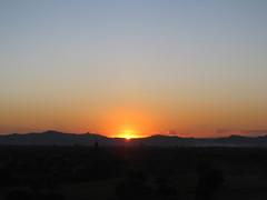 "Bagan: coucher de soleil depuis la pagode Pyathada Paya <a style=""margin-left:10px; font-size:0.8em;"" href=""http://www.flickr.com/photos/127723101@N04/23348912702/"" target=""_blank"">@flickr</a>"