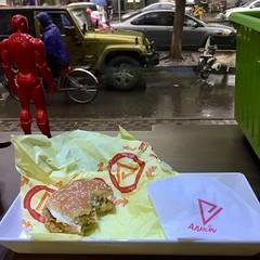 Aaron Man (nefasth) Tags: 亚伦 aaron ironman burger hamburger restaurant cuisine food pékin beijing chine china 中國 鸡肉汉堡 北京