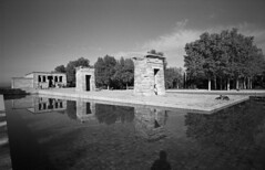2014-22-22 Madrid_F ONLY PERSONAL COMMENTS. NO LOGOS. THANK YO FOR YOUR UNDERSTANDING.© RESPECT the copyright. (YoLeenders) Tags: madridespaña templodedebod temploegipcio parquetemplodedebod atmósfera fotografiacallejera monochrome analogblackandwhite ilforddelta100asa developerhc110131b nikoncoolscan5000ed leicam6ttl072 rangfinder elmaritm12821mmasph egyptiantempleofdebod streetphotography atmophere
