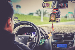 GUIAME EN LA RUTA, BENDICE MI HOGAR Y TRABAJO (Stephan Harmes) Tags: quito ecuador travel flight flug reise taxi taxifahrer kreuz auto car mirror rear rückspiegel spiegel