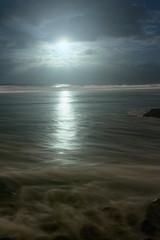 A la luz de la Luna (Fernandopérezsantana) Tags: playa mar océano nubes luna reflejos