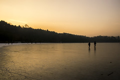 Walking on frozen lake (frederik89) Tags: lago lagodimontorfano natura lake allaperto pattinare camminare walk tramonto sunset ghiaccio ghiacciato ice winter nikon