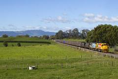 KiwiRail 4611+7092 | trein 348 | Walton (NZ) | 19-04-2011 (Freek1985) Tags: kiwirail nz newzealand missionbush mount dft dcp df dc nzr ontrack gm generalmotors cargo coal steel ecmt eastcoastmaintrunk locomotive walton