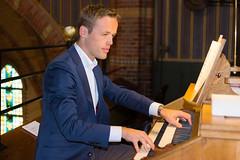 Alexander Schippers bespeelt het Adema-orgel, St.-Agathakerk, Lisse, 12 september 2015. Foto: Marianne Schippers.