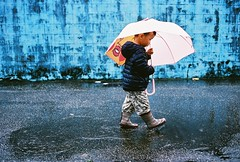 基隆/七堵 (Godspeed Lee) Tags: road street blue winter boy film water rain wall umbrella 35mm iso contax 400 fujifilm g2 f2 冬天 g35 younger 雨 富士 底片 雨傘 小男孩 雨鞋 七堵 踩水 老巷子