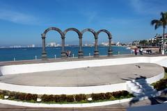 Puerto Vallarta: Malecón - Los Arcos Amphitheater (wallyg) Tags: arches bahíadebanderas bahiadebanderas centro coloniacentro jalisco losarcos losarcosamphitheater méxico malecón malecon mexico plazamorelos puertovallarta thearches banderasbay