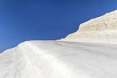 Pruvulazzu 'nto ghiacciu. Sempre Scala dei Turchi (Dottoresso) Tags: scaladeiturchi realmonte sicilia italia paesaggio cielo roccia bianco lanscape sky correre run jogging agrigento europa azzurro