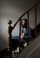 pause (_wysiwyg_) Tags: portrait homme man escaliers stairs staircase fleurs flowers barbe beard quirkyportrait piedsnus barefeet sidelight chemiseàfleurs floweryshirt