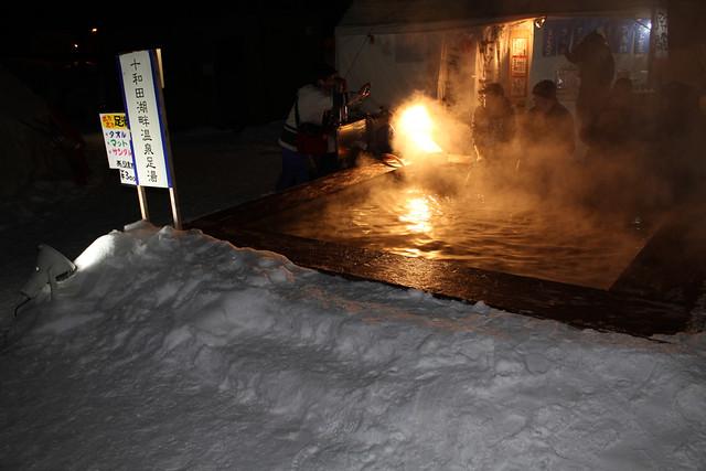 十和田湖畔温泉足湯で雪見足湯|十和田湖冬物語