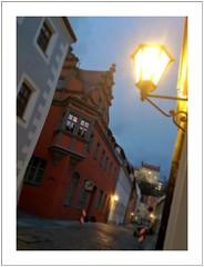 Pirna, schräg abends (Norbert Kaiser) Tags: pirna altstadt abend lampe laterne erker erkerhaus dämmerung smartphonephotography nokialumia730