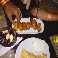 Aqui estamos el grupo ganador de @tycsocialmedia cenando en @mijasrestaurante gracias a @erisofi. Excelente comida, unas croquetas super crocantes por fuera y suaves por dentro. La Sangra bien balanceada y ni hablar de la salsa alioli. #tycsocial2015 #ce (Huangho) Tags: en de la y gracias comida super el grupo ni salsa unas cena bien por dentro estamos alioli fuera aqui hablar sangra croquetas ganador excelente cenando suaves crocantes balanceada erisofi tycsocialmedia mijasrestaurante tycsocial2015 premiotycsocial