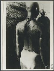 Archiv B882 Schmucknarben, Afrika Krperkult, 1960er (Hans-Michael Tappen) Tags: outfit women outdoor afrika 1960s accessoires 1960er strohdach fotorahmen krperschmuck sacrification krperkult schmucknarben archivhansmichaeltappen
