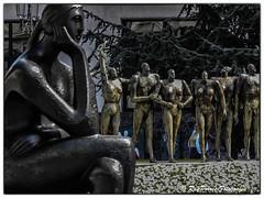 La Pensadora de Jose Luis Fernandez y Monumento a la Concordia de Esperanza DOrs en la Plaza del Carbayon de Oviedo, Asturias. Espaa. (RAYPORRES) Tags: plaza espaa del la monumento jose esculturas asturias septiembre estatuas concordia luis es oviedo estatua esperanza fernandez 2015 pensadora principadodeasturias carbayon dors