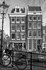 Coffie huis De Hoek - Amsterdam - Pays-Bas (Tanguy V) Tags: street city light bw white house black water netherlands amsterdam bike bicycle town canal nikon eau noir nederland nb cycle maison paysbas blanc ville vélo hollande lanpadaire d5100