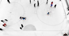EL PROBLEMA DE CORRER CON HIELO ES QUE SE CAE DEL VASO. (FOTOS PARA PASAR EL RATO) Tags: invierno patinadores gente hielo