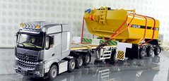 MERCEDES-BENZ AROCS BIG SPACE + FLATBED TRAILER (6 AXLE) - GROHMANN + WATER TANK 777D-012 (Diecasts Collectors Brasil) Tags: mercedesbenz arocs big space slt 8x4 wsi premium line 041175 flatbed trailer 6 axle grohmann power – 9795 water tank 777d