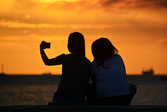 sunset Manila Philippines_6291 (ichauvel) Tags: sunset coucherdesoleil ciel sky couple femmes women mer sea telephonemobile mobilephone selfie manille manila philippines iledeluzon asie asia southeastasia asiedusudest voyage travel exterieur outside findejournée endofday getty