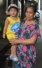 well fed boy with grandmother (the foreign photographer - ฝรั่งถ่) Tags: sep112016nikon well fed fat boy grandmother khlong lat phrao portraits bangkhen bangkok thailand nikon d3200
