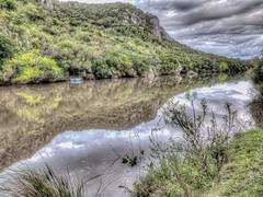 Río Santa Lucía en la Laguna de los Cuervos, Lavalleja, Uruguay. Por detrás, el Cerro de los Cuervos.