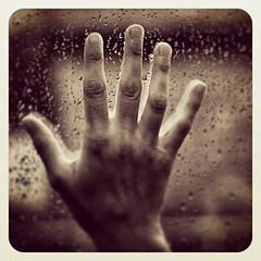 Podemos protegernos de la lluvia pero es inevitable acabar mojados.