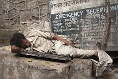 MUMB-Sleeping man-8822 (rose.vandepitte) Tags: street sleeping india nikon streetphotography mumbai 35mmlens d700