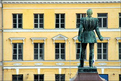 Talking to a wall (Bernergieu) Tags: art architecture finnland helsinki history statue monument