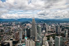 Malaysia-Blick auf Petronas Twin Towers (Jutta M. Jenning) Tags: malaysia kualalumpur petronas twintowers petronastwintowers hochhaus hochhaeuser architektur turm tuerme stadt staedte haus haeuser wolkenkratzer strasse strassen wolken sehenswuerdigkeiten skyline
