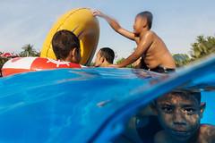 UnderWater (Tavepong Pratoomwong) Tags: water blue kids under yellow face sea bangkok siamcitypark