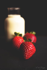 Black, white and strawberries (A. del Campo) Tags: nikon nikkor nikond7000 35mm fresas strawberries blanco white negro black rojo red frutas fruit leche milk bokeh composición composition colores