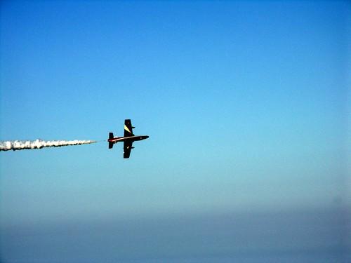 striscia bianca aereo sopra su cielo azzurro e mare