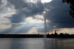 Leuchtstrahlen (Faldrian.) Tags: wasser himmel wolken bodensee fontaine konstanz lichtstrahl leuchtfinger