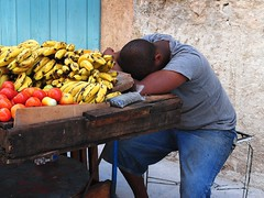 the banana seller (mujepa) Tags: nap havana cuba pommes banana siesta apples seller bananes sieste marchand étalage lahavane