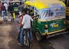 Miradas escalonadas (Nebelkuss) Tags: india gwalior callejeras street mirada look tuctuc bicicleta bicycle quierosercomostevemccurry iwannabelikestevemccurry fujixpro1 fujinonxf23f14