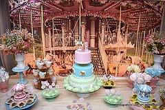 Combinação PERFEITA! Bolo + Topo do bolo + Doces + Painel 3D + decoração personalizada = CARROSSEL DA NALU 🎠🎂👸🎉🍰🎈🎀🍫❤ #nalufez1 #molindacake #cakedesign #cakedecorating #cake #ca (Molinda Cake) Tags: molinda cake bolo pasta americana bolos confeitados boss
