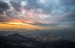 Today's sunset looking towards the south of Seoul (Ricky Reardon) Tags: lottetower namhansanseong southkorea seoul sunset today vibrant cityscape urban mountain unique adventure asia clouds dusk twilight 서울 로테타워 남한산성